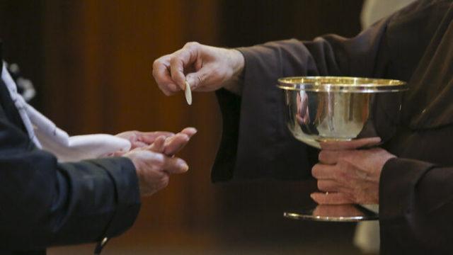 comunion en la mano