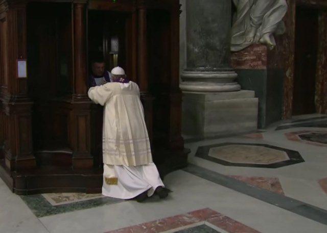 Papa Francisco confesandose